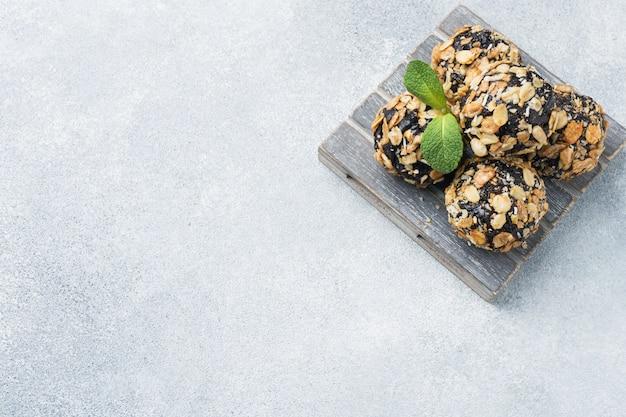 Boules énergétiques saines composées de fruits secs et de noix avec du gruau et du muesli