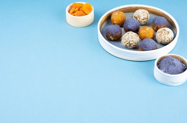 Boules d'énergie faites maison de thé de pois de papillon bleu matcha