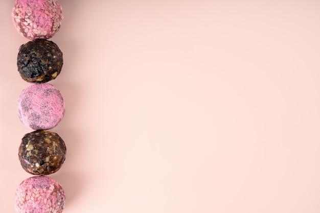 Boules d'énergie matcha roses faites maison
