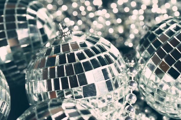 Boules à facettes reflétant les lumières close up nightlife background