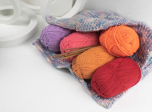 Boules de fil colorées dans un sac au crochet