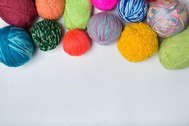 Boules de fils colorés. vue d'en-haut. toutes les couleurs de l'arc en ciel. échantillon de tricot. crochet.