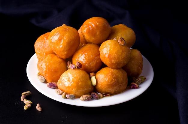 Boules frites sucrées sur une assiette