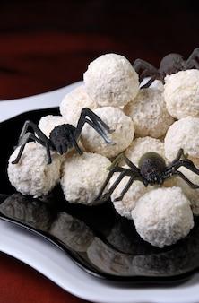 Boules de gaufres en flocons de noix de coco sous forme d'œufs d'araignée à l'halloween