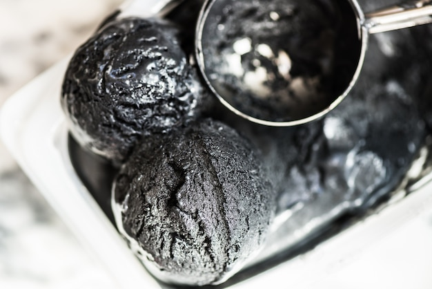 Boules de glace au charbon de bois et à la noix de coco faites maison avec du charbon noir
