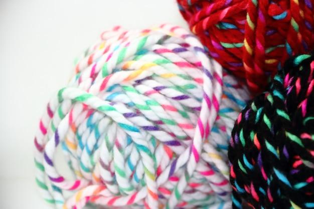 Boules de laine colorées