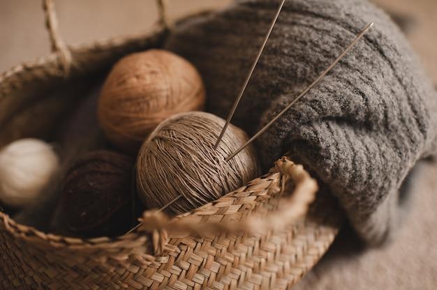 Boules de laine avec tissu tricoté dans un panier