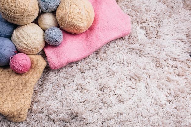 Boules de laine à tricoter sur le fond blanc. mise au point sélective.