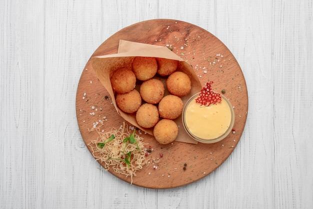 Boules de macaroni au fromage frites servies avec du ketch up, selective focus