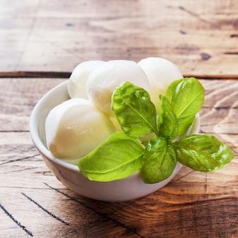 Boules de mozzarella et basilic dans le plat, selective focus