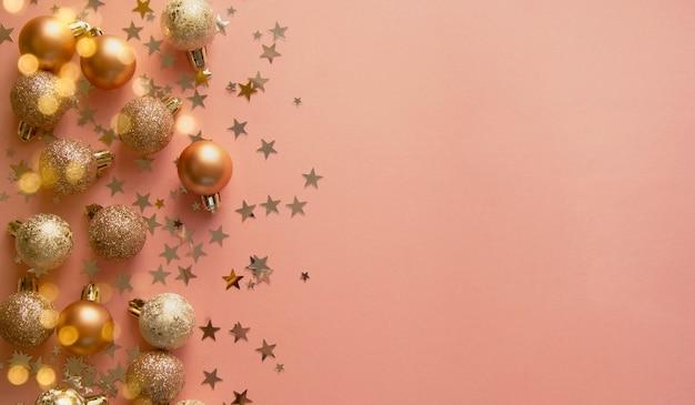 Boules de noël abstraites sur fond rose avec des paillettes en forme d'étoile
