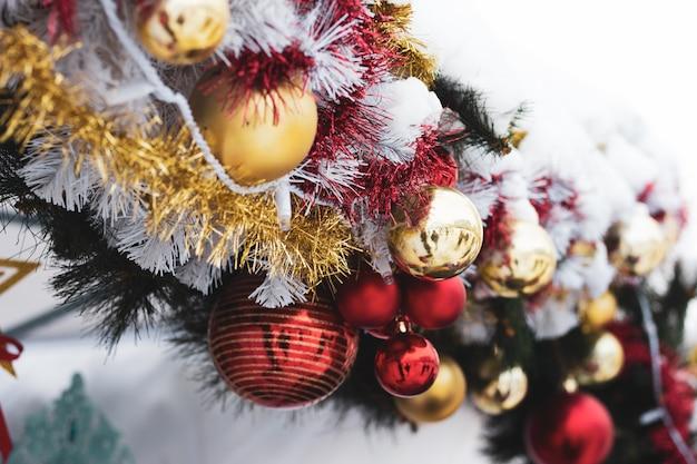 Boules de noel sur l'arbre arbre de noël décoré pour noël. décoration de noël