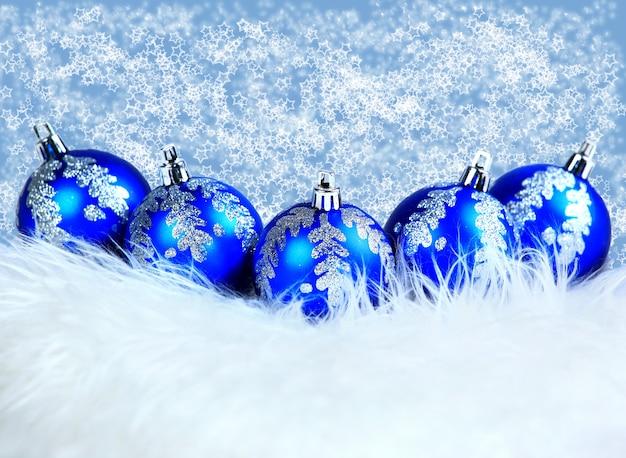Boules de noël bleu isolés sur un blanc