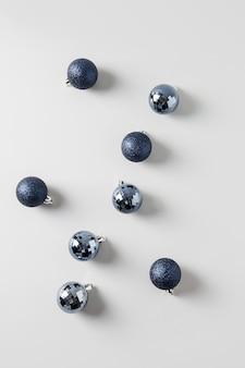 Boules de noël bleues sur gris.