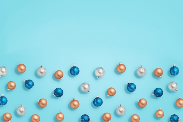 Boules de noël. boules bleues, dorées et argentées sur fond bleu