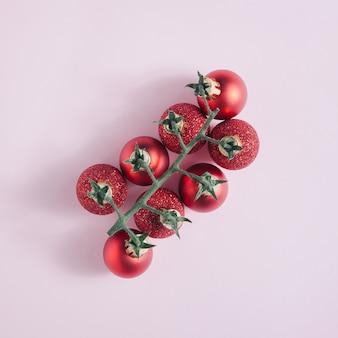 Boules de noël avec branche de tomate cerise