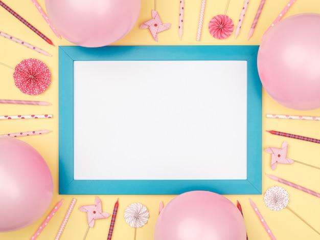 Boules de noël et cadre photo sur une vue de dessus de table colorée élégante