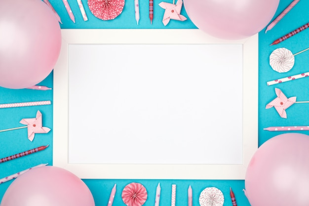 Boules de noël et cadre photo sur la vue de dessus de table colorée élégante