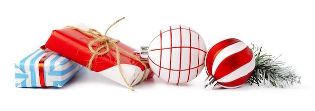 Boules de noël et coffret cadeau festif isolé sur fond blanc