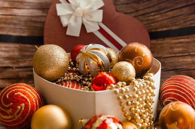 Boules de noël colorées dans une boîte en forme de coeur. décorations de noël. nouvelle année.