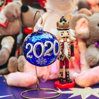 Boules de noël sur le comptoir du magasin 2020 année