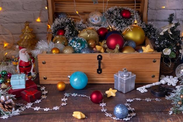 Boules de noël et décorations dans la poitrine. se préparer pour le nouvel an et noël. mise au point sélective, gros plan.