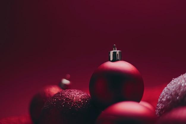 Boules de noël décoratives rouges comme arrière-plan festif de vacances d'hiver