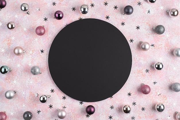 Boules de noël et étoiles avec cercle noir