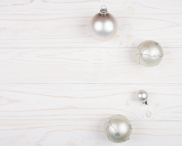 Boules de noël sur fond blanc en bois