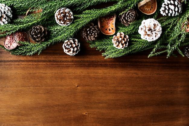 Boules de noël sur fond en bois avec espace de conception