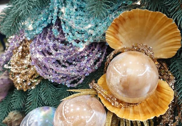 Boules de noël en forme de perles et de guirlandes brillantes