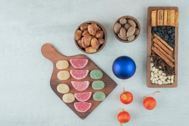 Boules de noël avec marmelade et fruits secs sur fond blanc. photo de haute qualité