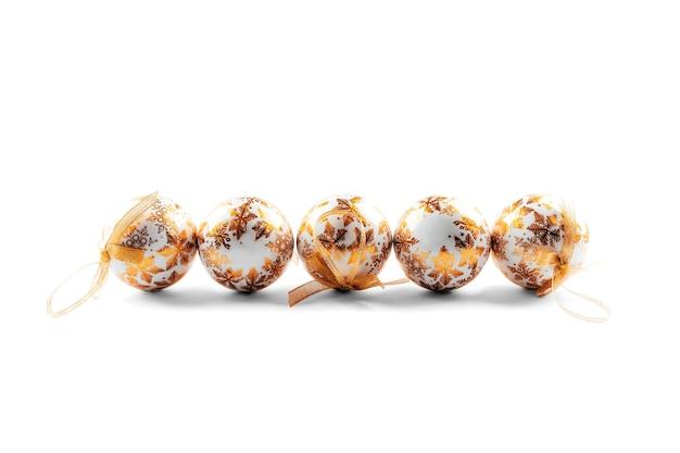 Boules de noël or isolés sur fond blanc