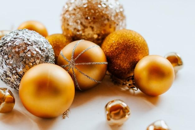 Boules de noël d'or avec des paillettes.