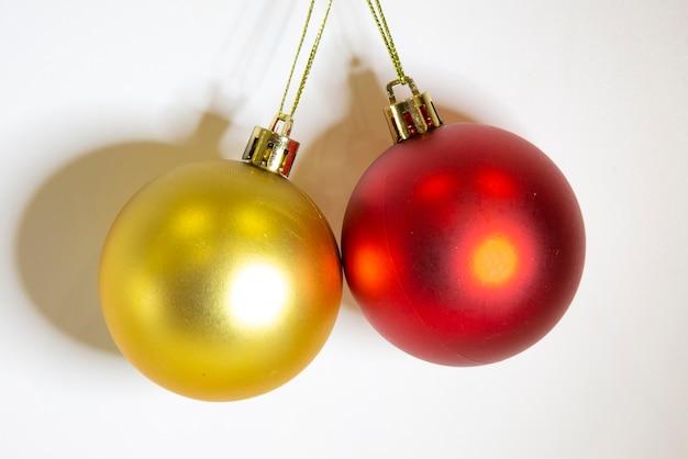 Boules de noël or et rouges isolés sur fond blanc pour la décoration de vacances.