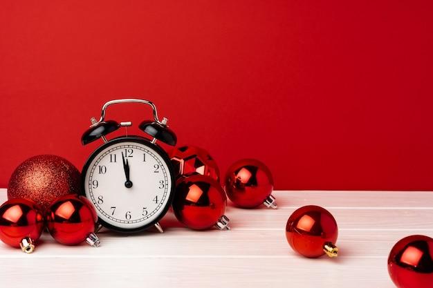 Boules de noël avec réveil sur rouge