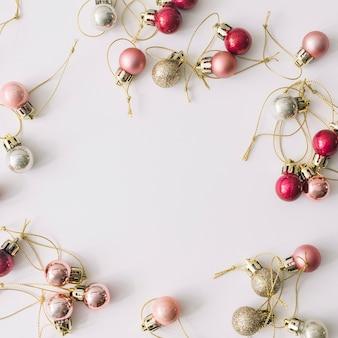 Boules de noël roses et argentées