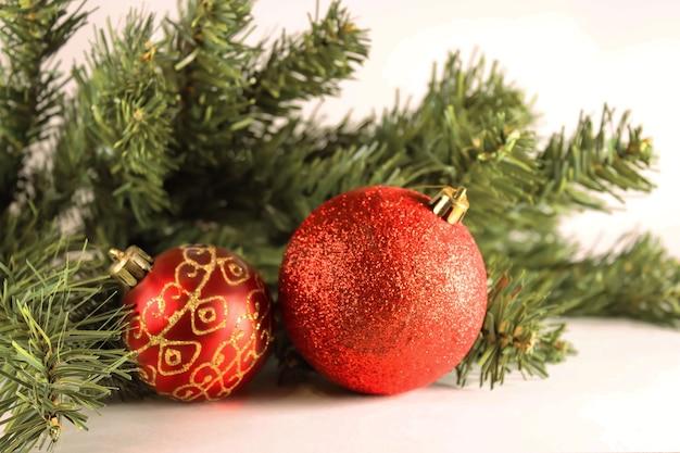 Boules de noël rouges avec des branches d'un arbre de noël. boule de verre de noël sur fond blanc