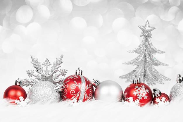 Boules de noël rouges avec décoration argentée sur la neige