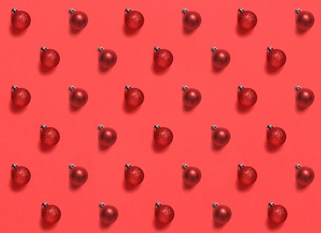 Boules de noël rouges sur un motif de fond rouge