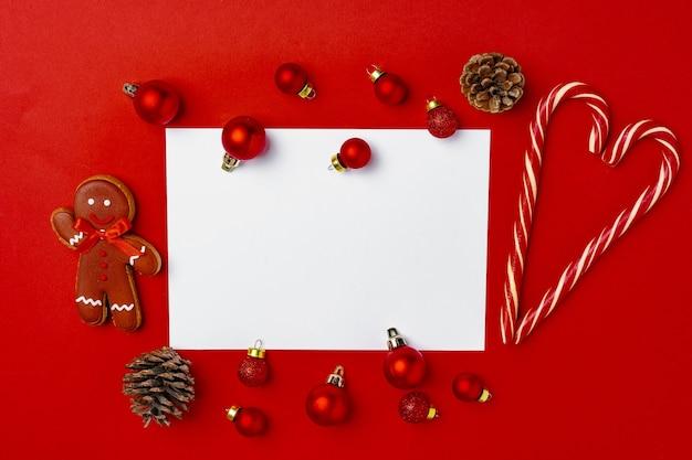 Boules de noël rouges avec page vierge maquette pour carte de voeux sur rouge