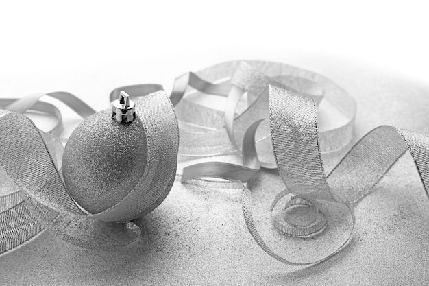 Boules de noël avec des rubans sur fond texturé clair