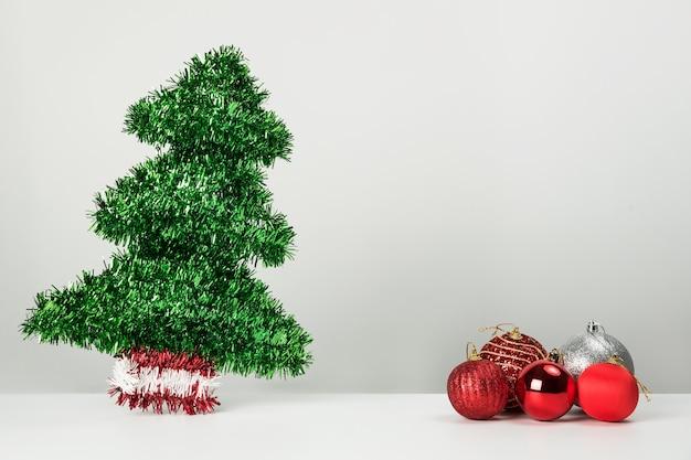 Boules De Noël Et Sapin Sur Blanc Photo Premium