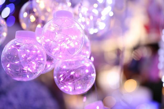 Boules de noël transparentes avec des lumières colorées à l'intérieur. décorations pour le concept de noël