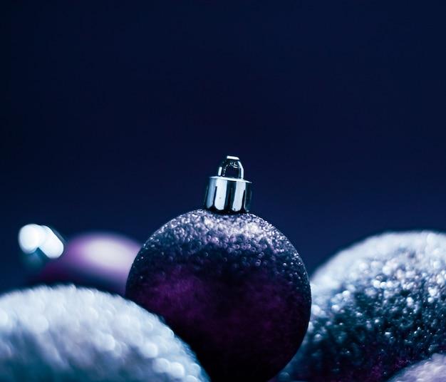 Boules de noël violet comme fond de vacances d'hiver festive