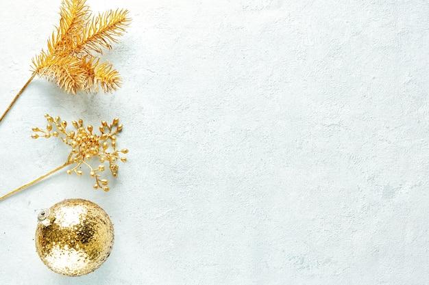 Boules d'or de noël sur brillant. mise à plat.