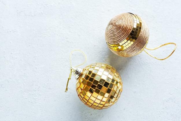 Boules d'or de noël sur fond clair. mise à plat.