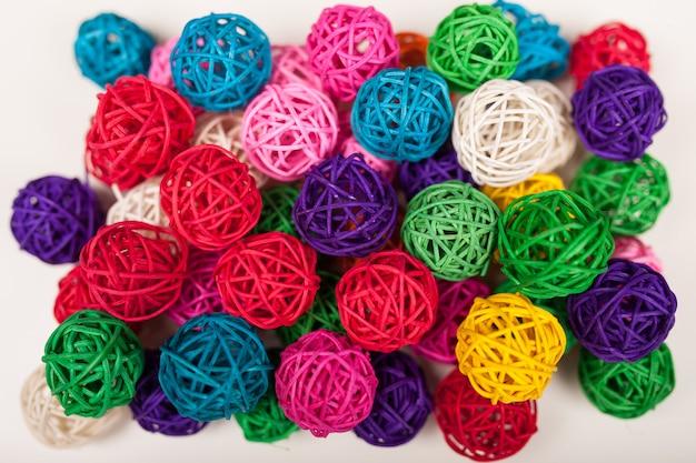 Boules en osier colorées
