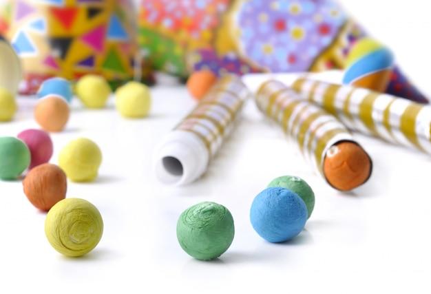 Boules de papier et cotillons colorés