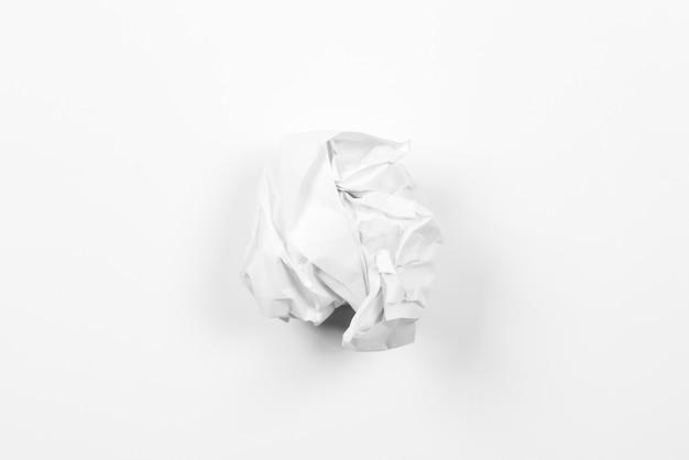 Boules de papier froissé sur fond d'agray